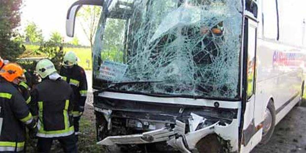 Reisebusunfall lähmt Südautobahn