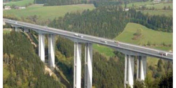 1.000 Liter Öl auf Südautobahn nach Lkw-Unfall