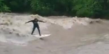 Total verrückt: Hochwasser-Surfen