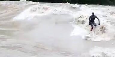 Extrem: Auch Schweizer surfen in den Fluten