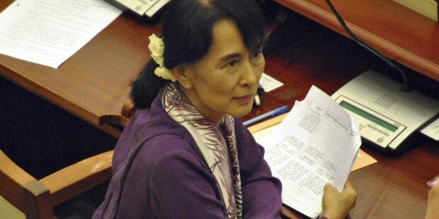 Suu Kyi im Parlament vereidigt