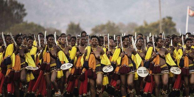 Tausende Jungfrauen tanzen für den König