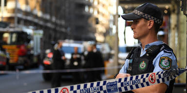 Mann sticht mitten in Sydney auf Frau ein