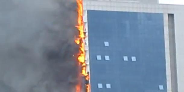 Hochhaus in Flammen