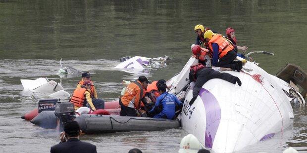 Taiwan: Flugzeug stürzt in Fluss