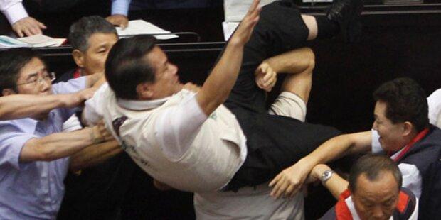 Taiwan: Massenschlägerei im Parlament