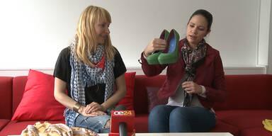 Petra und Tamara zeigen ihre Einkäufe