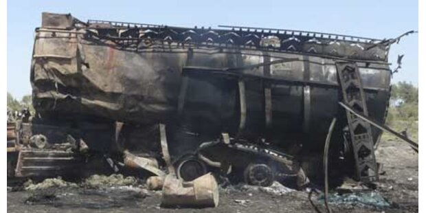 Terroristen zerstören NATO-Tanklastzüge