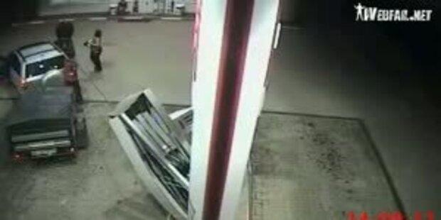 Tank-Schussel reisst Zapfsäule nieder