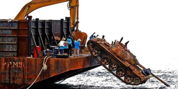 Thailand kippt Panzer ins Meer