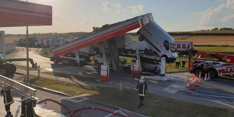 Autotransporter reißt Tankstelle nieder