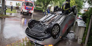 Taxi landete nach Kollision auf dem Dach