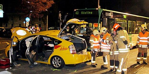 Grazer Taxi von Linienbus gerammt