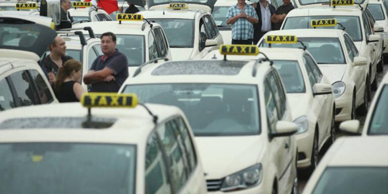 """Taxifahrer protestieren gegen """"Uber"""""""