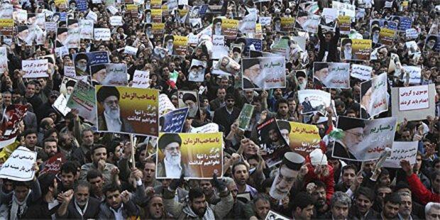 Zehntausende fordern Tod für Oppositionelle