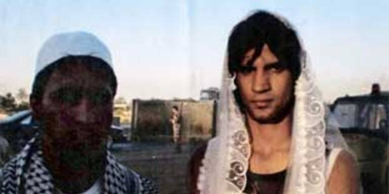 "Heider al-Bahadli als Braut (links) mit ""Bräutigam"""