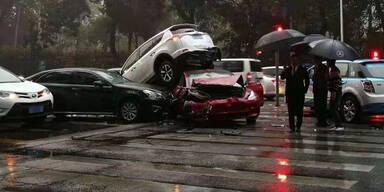 Tesla-Model-3-Fahrerin überlebt Horror-Crash