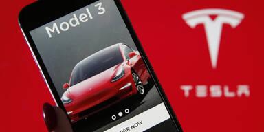 Tesla rutscht wieder tief in rote Zahlen