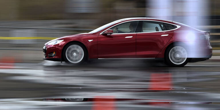 Tesla mit schlafendem Fahrer gestoppt