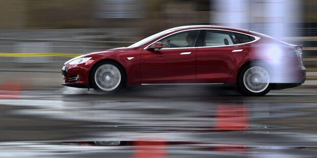 Nach Berichten über Unfälle: US-Behörde prüft Tesla-Fahrzeuge