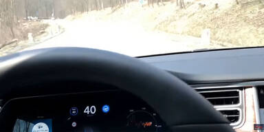 Tesla fährt autonom über Höhenstraße
