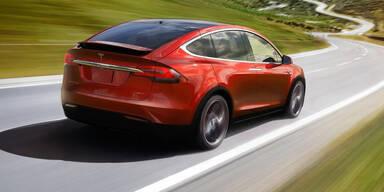 Tesla startet autonome Fahrfunktionen