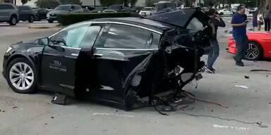 Horror-Crash: Tesla Model X in zwei Teile gerissen