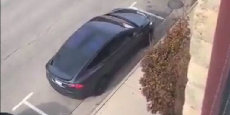 Tesla-Fahrer mit genialem Trick gegen Parkstrafe