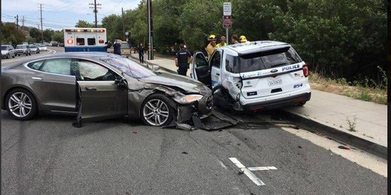 Böser Crash: Tesla schießt Polizeiauto ab