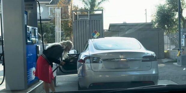 Frau will Tesla mit Benzin betanken
