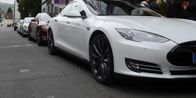 Tesla mit Autopilot krachte auf Bus