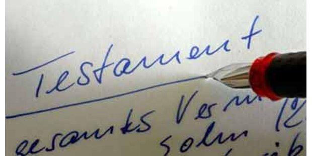 Frau nötigt Demenzkranke zu Unterschrift