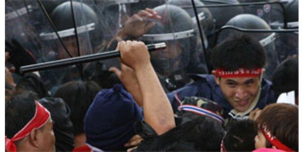 Thailands Premier trat Amt trotz Protesten an