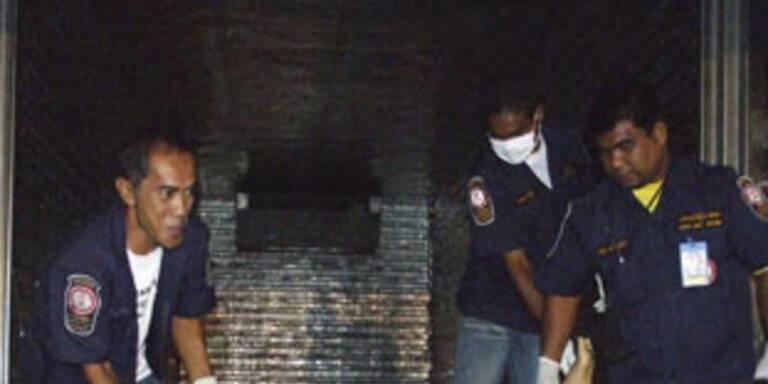 Thailändische Rettungskräfte befreien die Leichen