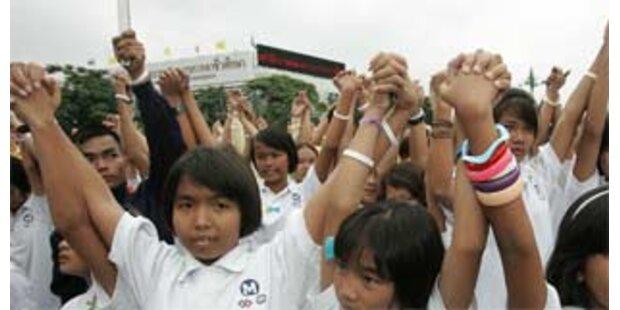 Thailändische Kinder mit Nazi-Symbolen bei Fest