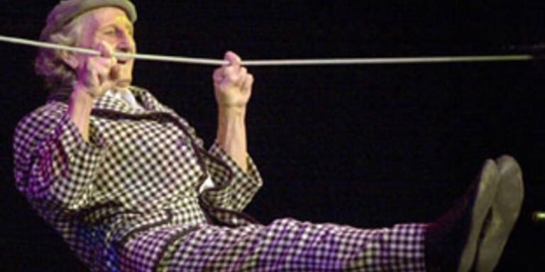 """Bild a.d. Jahr 2001: Thurano zeigt """"Klimmzüge mit zwei Fingern"""" als 91-jähriger."""