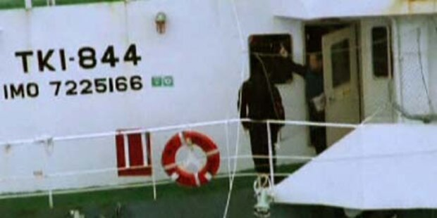 Walfangflotte hält Tierschützer fest