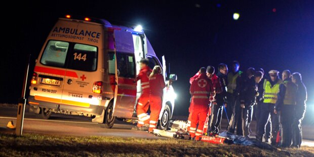 PKW-Fahrer fährt Fußgänger tot - Flucht