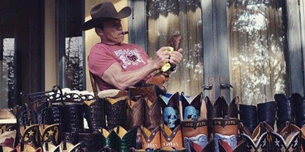 Arnie putzt seine Cowboystiefel