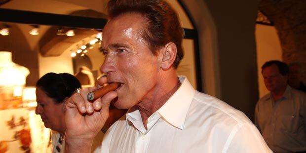 Am Flughafen geraucht: Arnie droht Anzeige