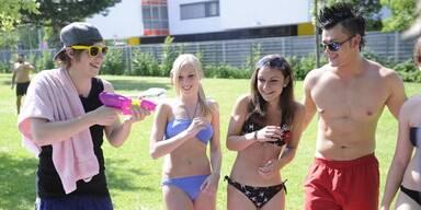 Lukas Plöchl macht jetzt auf Bademeister: Für Kultvideo ist er in Wiener Bädern unterwegs.