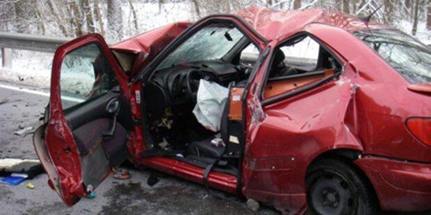 Auto kracht in Rettung - Patient tot