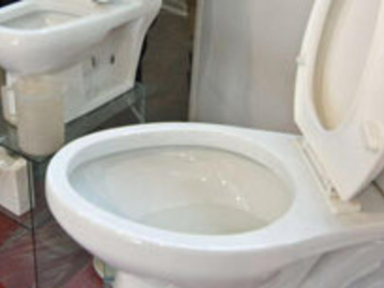 Pinkelt waschbecken frau in Die nächtliche