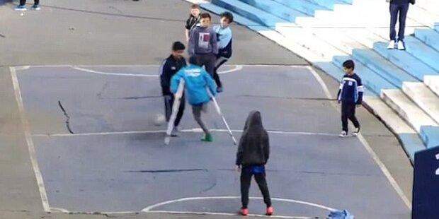 Einbeiniger Junge mit Krücken schießt Traumtor