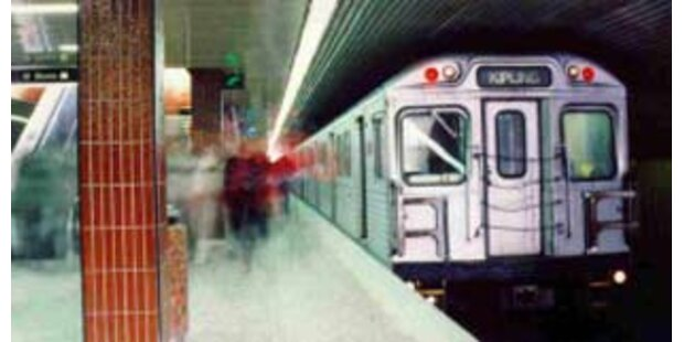 Frau fiel unter fahrende U-Bahn - und überlebte