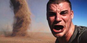 Irrer posiert für Selfie vor Tornado