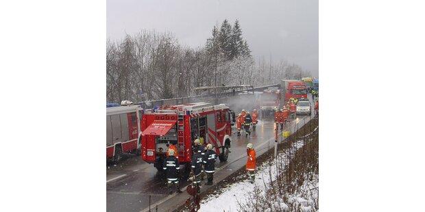 Bus auf der Tauernautobahn ausgebrannt