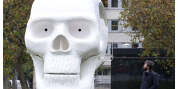 Riesiger Totenkopf sorgt für Aufsehen in Wien