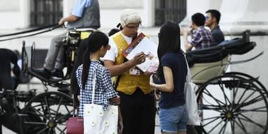 Mozart verkauft Tickets in Wien an Touristen