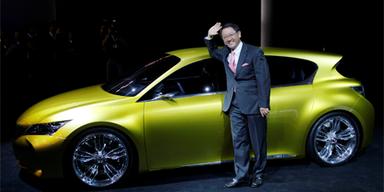 Bei der Premiere eines kompakten Lexus mit Hybridantrieb im Vorjahr konnte der Toyota-Chef noch gut lachen.Bild: AP